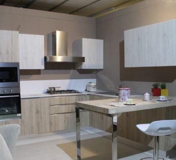 Dřevěné materiály a neviditelné zásuvky. To jsou současné hity moderních kuchyní